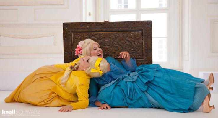Marelize Gerber (Sivene) & Elsa Giannoulidou (Lisinga) in Le Cinesi - CW Gluck Photo: Charlie Schwarz ©