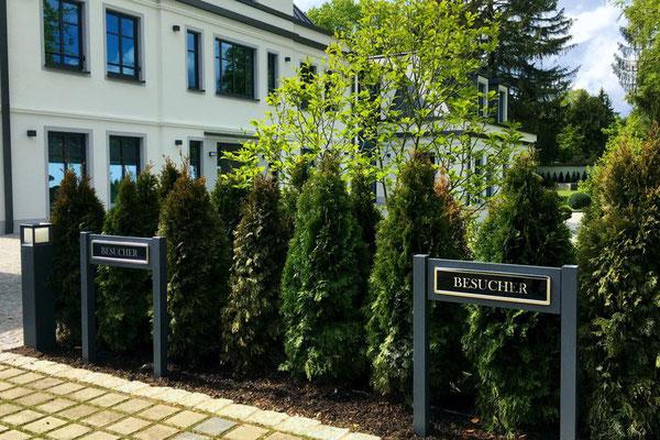 Besucherparkplatz - Parkplatzschild mit Höhe 900 mm über Flur mit Chromschrift - besser als Aufstellpfosten!