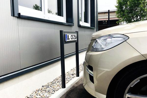 Parkplatzschild verschraubt auf Randstein mit Dübel - besser als Einschlagpfosten!