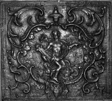 Inv.-Nr. 286   Apollon, Kaminplatte 81 x 81 cm, Lothringen, 2. H. 18. Jh.