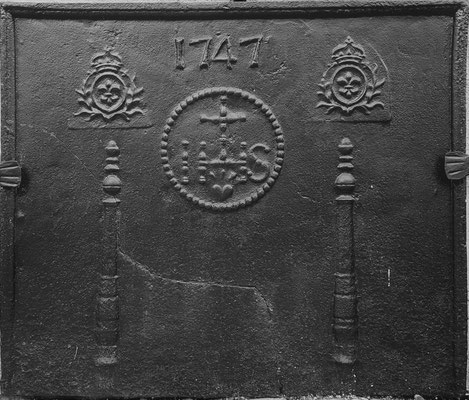 Inv.-Nr. 141   Jesusmonogramm, Kaminplatte 75 x 65 cm, Lothringen, dat. 1747