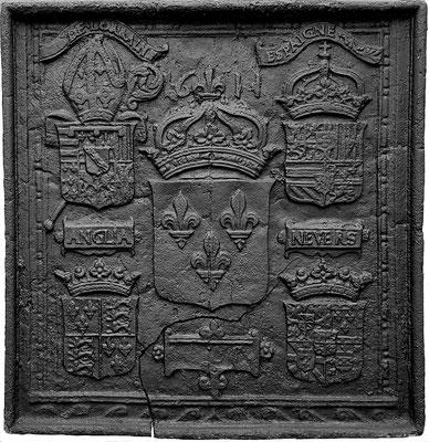 Inv.-Nr. 30   Wappenkomposition anlässlich der Ernennung des Charles de Lorraine-Guise-Charligny, zum Bischof von Verdun, Kaminplatte,  77 x 75 cm, Lothringen, dat. 1611