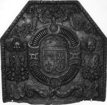 Inv,-Nr. 19   Allianzwappen Frankreich-Navarra (Heinrich IV.),  Kaminplatte 66 x 64 cm, Lothringen, 2. H. 16. Jh.
