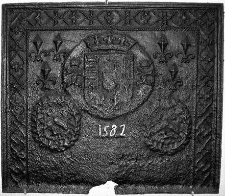 Inv.-Nr. 14   Wappenkomposition Karl III. v. Lothringen-Claudia von Valouis-?,  Kaminplatte 74 x 65 cm, Cousance, dat. 15__?