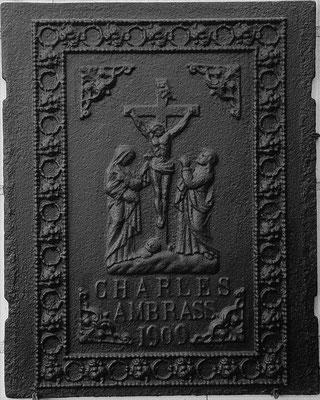 Inv.-Nr. 363   Christus am Kreuz  Ofenplatte 50 x 62 cm, Elsaß, dat. 1909