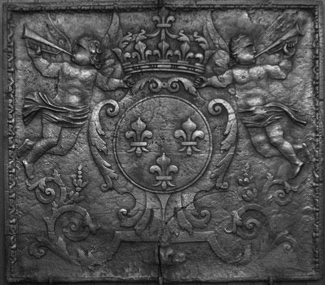 Inv.-Nr. 100   Wappen Frankreich (Ludwig XIV.),  Kaminplatte 103 x 90 cm, Lothringen, um 1680