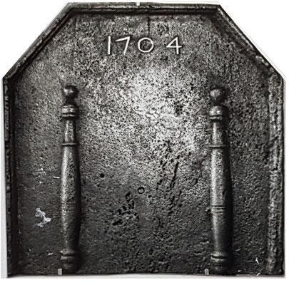 Inv.-Nr. 401   Säulen der Standhaftigkeit, Kaminplatte  xx x xx cm, Lothringen, dat. 1704