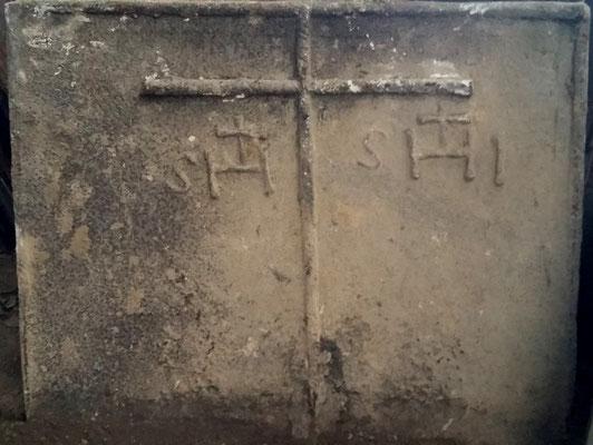 Inv.-Nr. 11   Jesusmonogramm  Kaminplatte, 97 x 80 cm, Lothringen 1. H. 16. Jh.