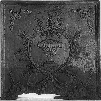 Inv.-Nr. 356   Blumenvase, Kaminplatte 72 x 72 cm, Lothringen, Anfang 19. Jh.