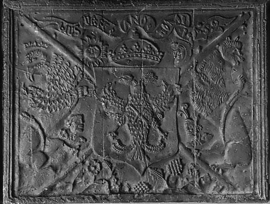 Inv.-Nr. 3   Reichsadler Karl V., Kaminplatte, 95 x 76 cm, südl. Ardennen, dat. 1559