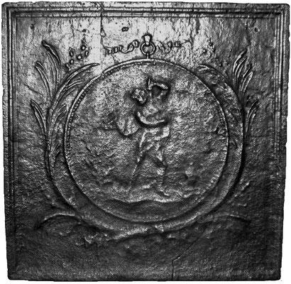 Inv.-Nr. 380   Suizid  Kaminplatte, xx x xx cm, Lothringen, 1. H. 19. Jh.     Das Thema dieser Kaminplatte ist der Suizid. Eine männlich Person  stößt sich einen Dolch, den er mit der Linken führt, in die Brust. Eingebettet ist die Szene in ein kreisförm