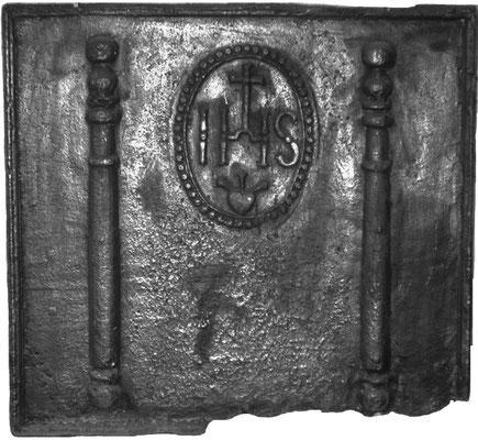 Inv.-Nr. 137   Jesusmonogramm, Kaminplatte 95 x 87 cm, Lothringen, 1. H. 18. Jh.