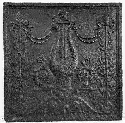 Inv.-Nr. 366   Lyra (Harfe), Kaminplatte 51 x 63 cm, Lothringen, um 1800