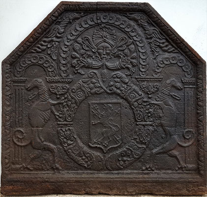 Inv.-Nr. 389   Wappen Henri d´Aussy, Herr von Vronville und Forstmeister von Ba,  Kaminplatte 90 x 85 cm, Cousance,  2. H. 16.Jh.
