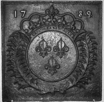 Inv.-Nr 122   Wappen Frankreich (Ludwig XV.),  Kaminplatte 53 x 53 cm, Lothringen, dat. 1789