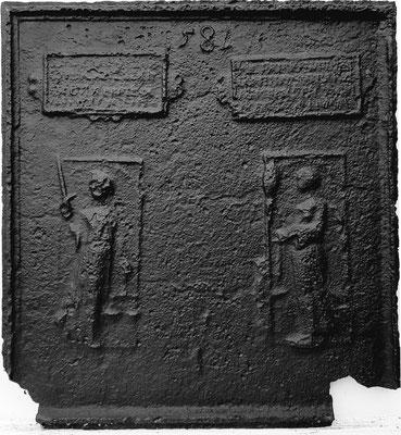Inv.-Nr. 244   Justitia und Prudentia,  Kaminplatte 66 x 72 cm, Eisenschmitt, dat. 1582