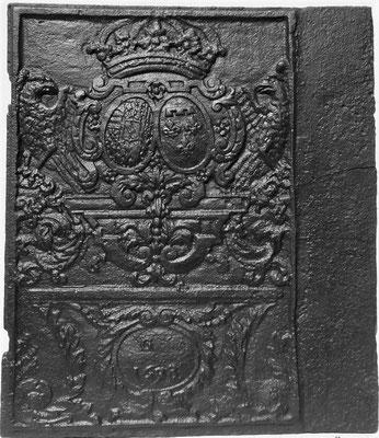 Inv.-Nr, 98   Allianzwappen Lothringen (Lepold I.) - Orleans (Elisabeth-Charlotte von Orleans), Ofenplatte 63 x 80 cm, Gaisberg, dat. 1698