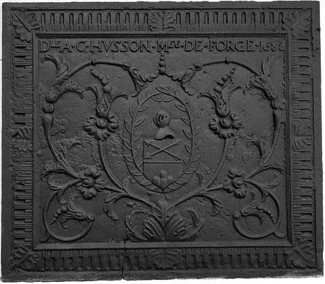 Inv.-Nr. 44   Wappen Husson,  Kaminplatte 108 x 95 cm, Villerupt, dat. 1688