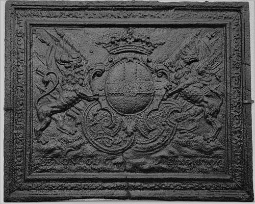 Inv.-Nr. 49   Wappen Charles Henri Gaspard de Lenoncourt-Blainville,  Kaminplatte 93 x 76 cm, Dillingen, dat. 1706