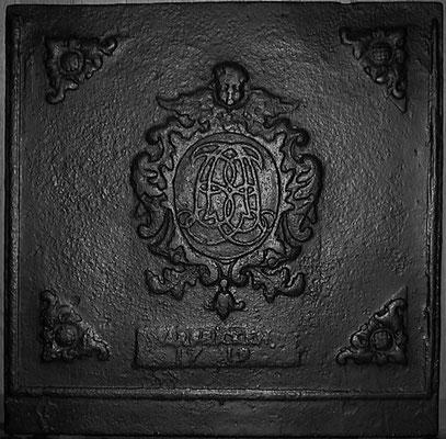 """Inv.-Nr. 58   Monogramm Caspar Becker, Besitzer des """"Gruwe Hauses"""" in Dittweiler,  Kaminplatte 78 x 77 cm, Neunkirchen, dat. 1719"""