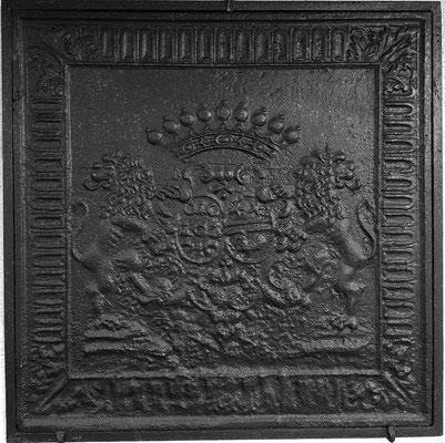 Inv.-Nr. 25   Hochzeitswappen Baron und Graf von Echenay Charles-Herve de Rarécourt - Jeanne Jeoffroy, Kaminplatte 87 x 87 cm, Villerupt, 1699