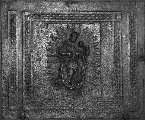Inv.-Nr. 130   Madonna als Himmelkönigin, Kaminplatte 83 x 70 cm, Quint (?), Anfang 18. Jh.