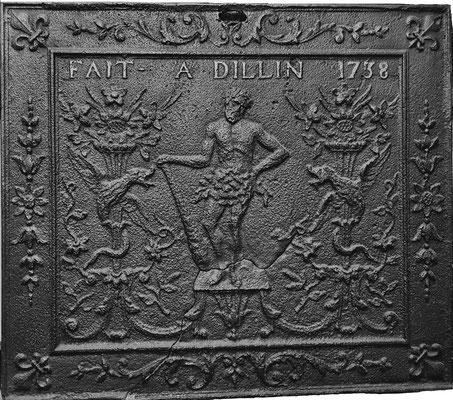 Inv.-Nr. 303   Herkules, Kaminplatte 80 x 70 cm, Dillingen, dat. 1738