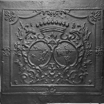 Inv.-Nr. 54   Allianzwappen Abtei Fraulautern - Marie-Therese Freifrau von Saintignon - Namur,  Kaminplatte 79 x 69 cm, Dillingen, um 1735