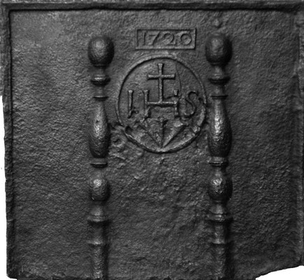 Inv.-Nr. 138   Jesusmonogramm, Kaminplatte 61 x 67 cm, Lothringen, dat. 1720