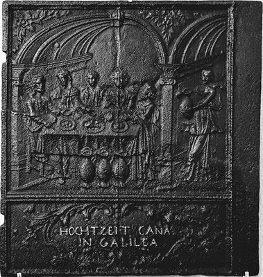 Inv.-Nr. 208   Hochzeit zu Kana, Ofenplatte 58 x 65 cm, Fischbach, um 1740