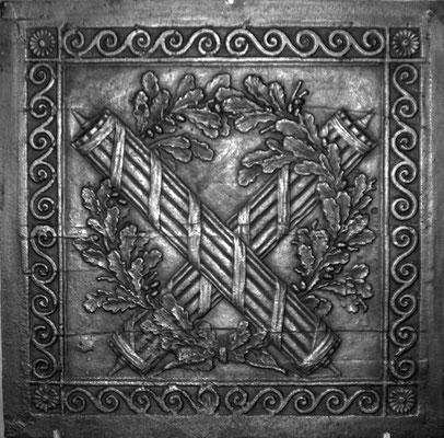 Inv.-Nr. 335   Liktorenbündel,  Kaminplatte 70 x 70 cm, Hayange, um 1790
