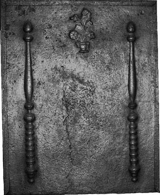 Inv.-Nr. 276   Säulen der Standhaftigkeit, mit Blumenvase  Kaminplatte xx x xx cm, Lothringen, 18. Jh.