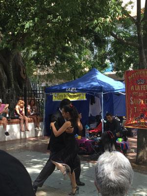 Plaza Dorrego, el Indio bailando