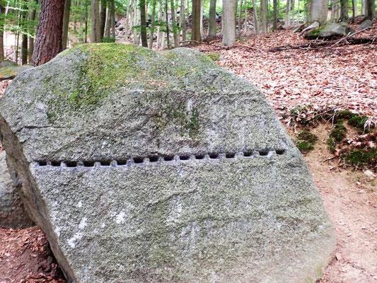 ausgearbeitete Keiltaschen zum teilen dieses Steines mit Keilschlägen