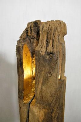 """""""Goldstück"""" Nr. 8, Eiche mit Blattgold belegt, LED-Spot innen, Sockel aus Nussbaum mit Metall, H 1,50m, Sockel 24x30cm, EUR 3.620,-"""