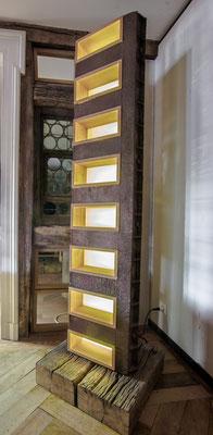Lichtobjekt Nr. 22, Metall auf Eichensockel mit offenen Holzfächern aus Kirschbaum; HxBxT 205x50x20 cm; Sockel 50x50 cm, EUR 4800,-