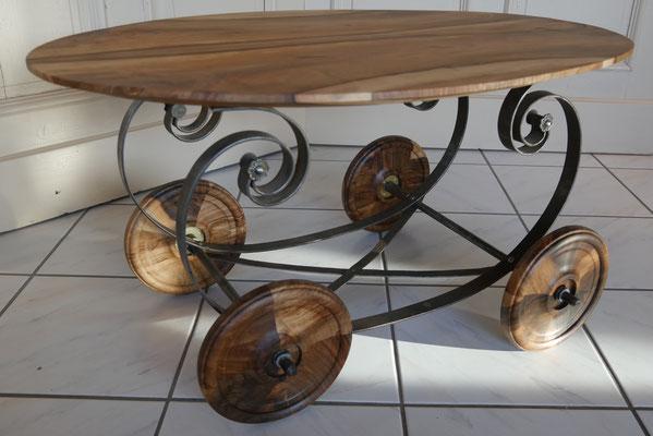 T31 Beistelltisch oval, Metallgestell, Räder aus Nußbaum , L 380 x B 560 x H 430 mm