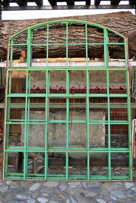 Gußfenster grün, ohne Glas, oben mittig 8 Felder klappbar, unten mittig 4 Felder zum Öffnen, H 2,40m B 1,85m, EUR 540,-