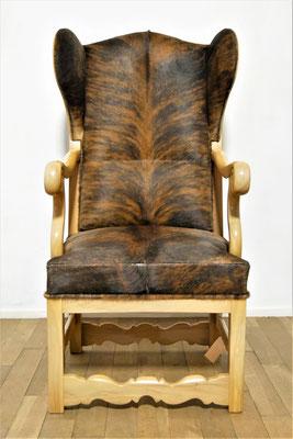 Priesterstuhl nach historischer Vorlage gefertigt, Nussbaum lackiert poliert, Bullenfell-Bezug, Rosshaar-Polsterung, gegurtete Federn, H 112,5 cm B max. 60 cm Sitzhöhe 47 cm, EUR 4.249,- ; Mehrmenge kann gefertigt werden