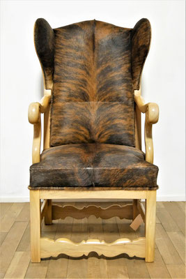S57 Priesterstuhl nach historischer Vorlage gefertigt, Nussbaum lackiert poliert, Bullenfell-Bezug, Rosshaar-Polsterung, gegurtete Federn, H 112,5 cm B max. 60 cm Sitzhöhe 47 cm, EUR 4.249,- ; Mehrmenge kann gefertigt werden