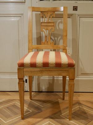 S39 Stuhl (Musterbild) Louis Seize Replikat, gepolstert, zierlich, Nussbaum (auch in Kirsche) H900xB400xT400 SH500mm, weiß/roh gepolstert