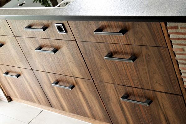 Individuelle Küchenanfertigung, Front hier: hochwertiges 2mm-Nussbaum-Furnier auf Echtholz, Korpusteile Buchen-Tischlerplatte, Eckteile gemauert, Abdeckung Stein, Inneneinteilung nach Kundenwunsch
