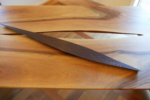T30 Nussbaum-Tisch mit eingearbeiteter, herausnehmbarer Wenge-Feder, Metallplatten-Untergestell, L 2700 x B 800 x H 770 mm, EUR 4.200.-
