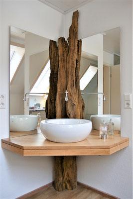 Waschtisch Birne mit historischem Wasserlauf-Holzbalken