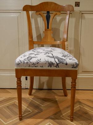 S43 Stuhl (Musterbild) Biedermeier, gepolstert, Ornament-Lehne mittig schwarz, gedrechselte Vorderbeine,Kirschbaum (auch in Nussbaum), H900xB420xT420 SH500mm, weiß/roh gepolstert