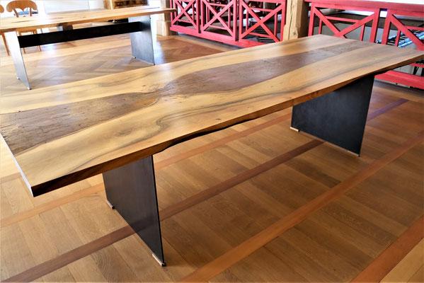 T23 Nussbaum-Tisch mit eingearbeitetem Ornament in Fichte, L 2800 x B 1000 x H 780 mm, modernes Stahlplatten-Tischuntergestell