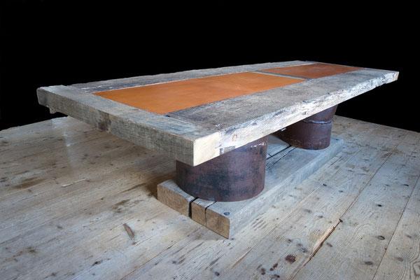 Tisch Nr. 17, Eiche massiv mit Ledereinlage, Holz einer alten Weinpresse, Metall-Rohrfüße mit indirekter Beleuchtung; L 2,85 m x B 1,0 m x H 0,75 m, EUR 8.500,-
