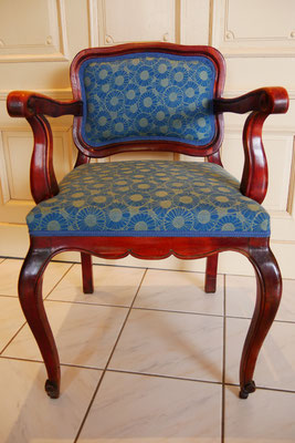 Armlehnstuhl restauriert und hochwertig neu bepolstert