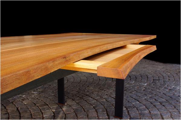 Schreibtisch Nr. 4, Rüster (Ulme) geölt, Metallfuß, mit Schublade; L 2,35 m x B 1,16 m x H 0,79 m, EUR 4.750,-