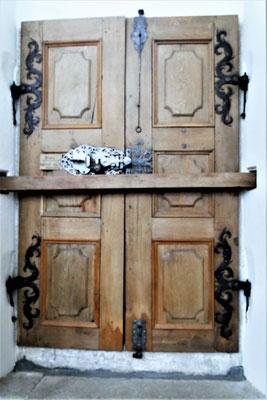 Portal-Türe restauriert